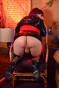 Fetish Kelly strokes in leather boots