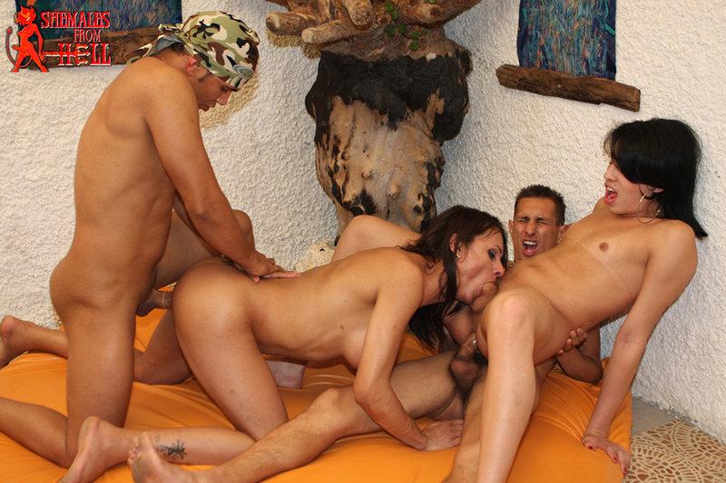 pornofilmi-s-transvestitami-gruppovuha