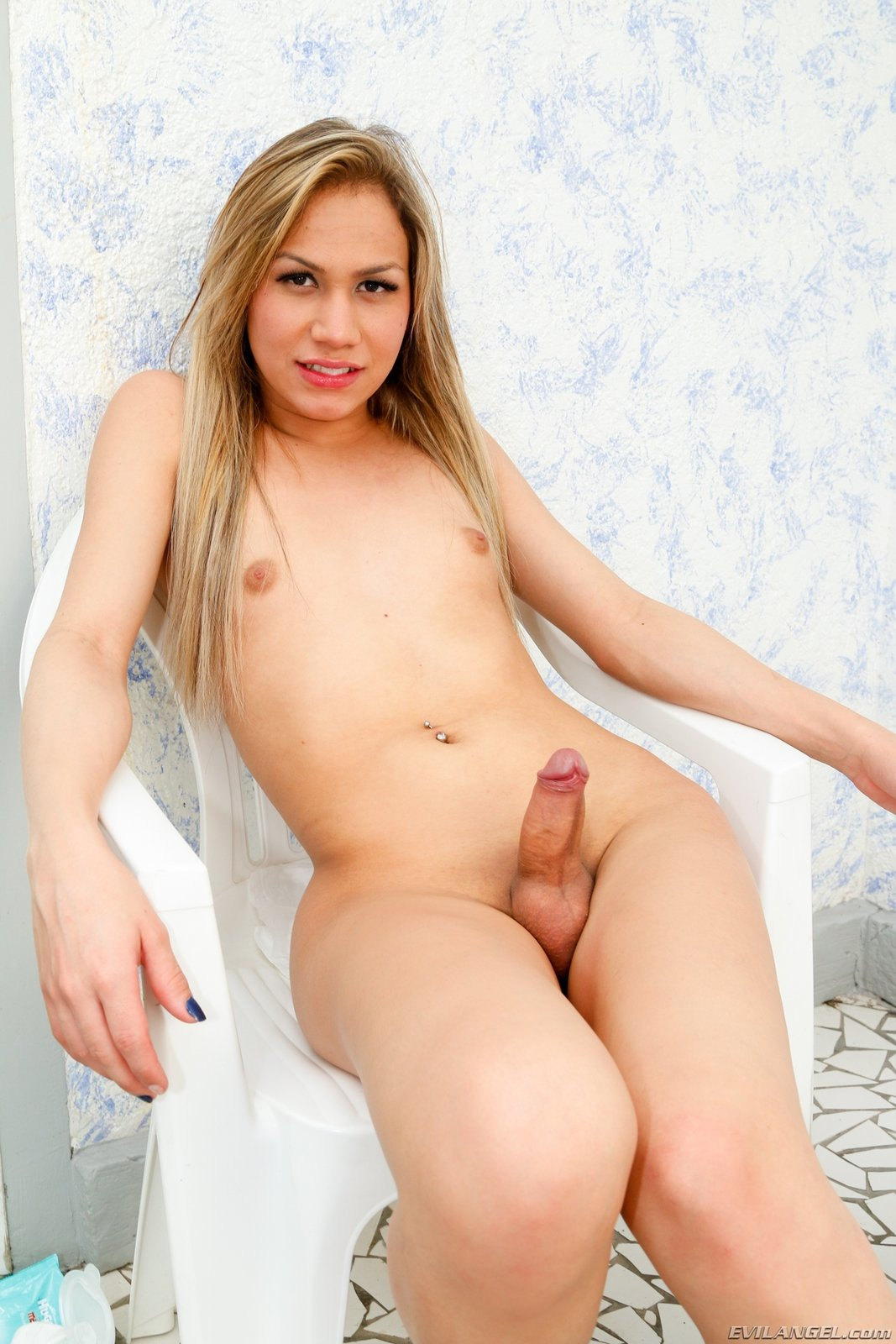 Young pretty chick gets wet and wild hitachi magic wand