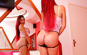 TS Viviany Victorelly shows us her round ass