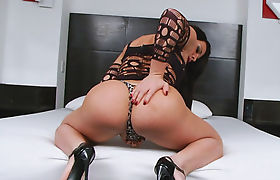 Huge booty shemale masturbates her cock on the bed