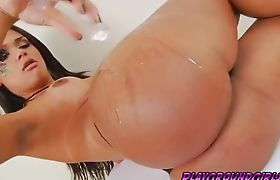 Camila Rubs her Delicious Body with Oil