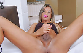 Bubble butt shemale masturbates her shaft on the bed